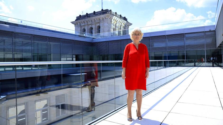 Justizministerin Lambrecht auf der Terrasse des Reichstagsgebäudes