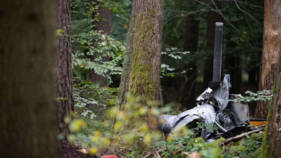 Buchen: Trümmerteile eines Hubschraubers vom Typ Robinson R44 und Feuerlöscher liegen in einem Wald nahe der Grenze zu Hessen und Bayern.