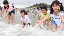 Japaner planschen nahe der Atomruine in Fukushima