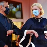 Abstand, Maske und weniger Stars: Festivaldirektor Alberto Barbera und Jurypräsidentin Cate Blanchett bei Eröffnung des Filmfestivals in Venedig.