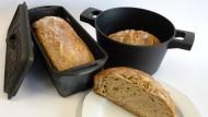 Backtöpfe: Gusseisen oder Aluguss, in beidem klappt die Brotkruste ohne Backpapier.
