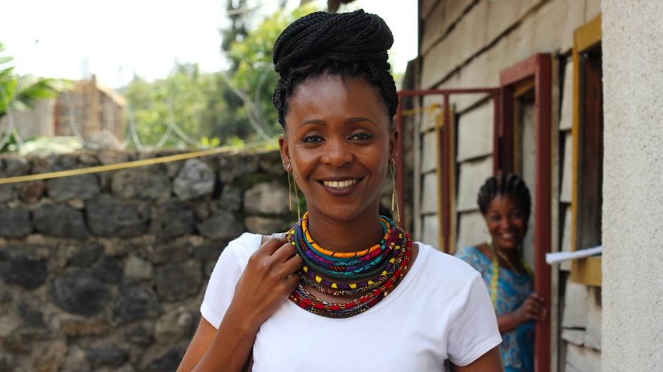 """""""Wenn wir warten, bis es unserem Land bessergeht, fangen wir nie an"""": Mapendo Sumuni vor ihrer Boutique im Kongo."""