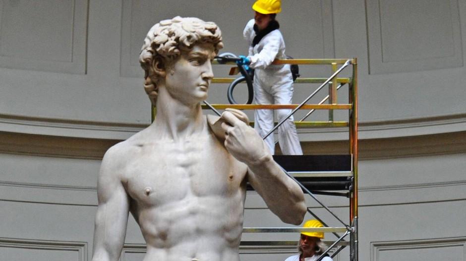 Der Mann wird überarbeitet: Michelangelos David, das Bildnis des perfekten Manns, nimmt auch das gelassen hin.