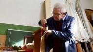 Japanische Säge als Erweckungserlebnis: Winfried Kretschmann entspannt beim Heimwerken zu Hause in Sigmaringen.