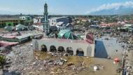 In Palu hat die Welle die Moschee und das Einkaufszentrum komplett zerstört.