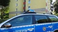 Ein Polizeiwagen steht am Donnerstag vor einem Haus in Dortmund (Nordrhein-Westfalen). Dort wurde zuvor ein 53 Jahre alter Mann erschossen.