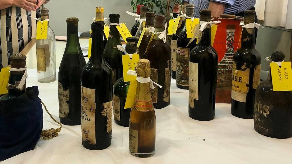 Bei den Renovierungsarbeiten des ehemaligen Sommerpalastes der 1974 abgesetzten königlichen Familie Griechenlands haben Restauratoren hunderte wertvolle Weinflaschen und andere Spirituosen gefunden.
