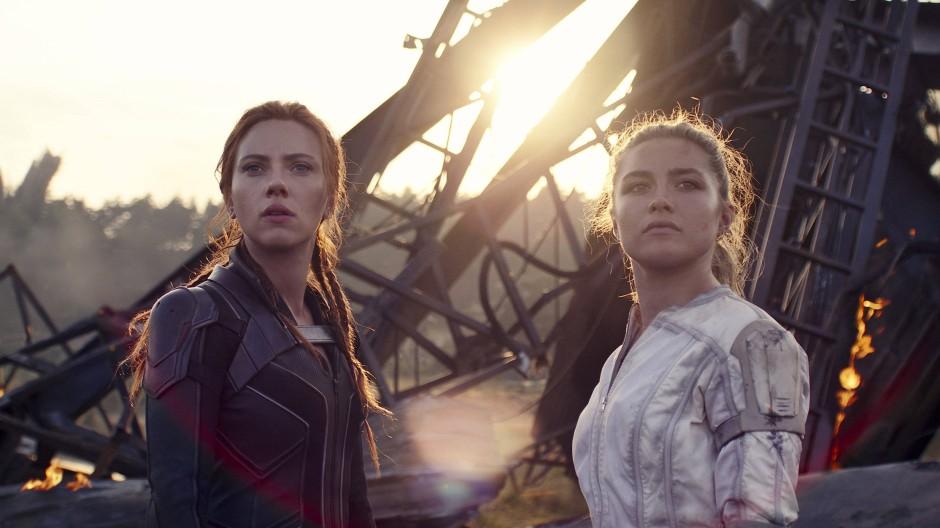 """Waren am Set selten so ernst: Scarlett Johansson und Florence Pugh in """"Black Widow"""""""