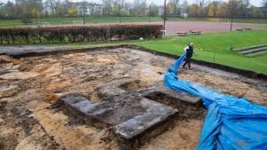Riesiges Hakenkreuz aus Beton auf Sportplatz ausgegraben