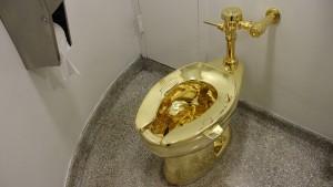 New York steht Schlange vor goldener Toilette