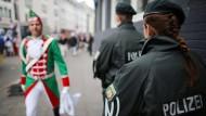 Polizisten beim Kölner Karneval im Jahr 2015. In diesem Jahr sollen deutlich mehr Beamte auf der Straße sein.