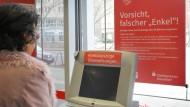 In Bankfilialen wird seit Jahren vor Betrügern gewarnt, die Senioren mit dem sogenannten Enkeltrick um ihr Geld bringen.