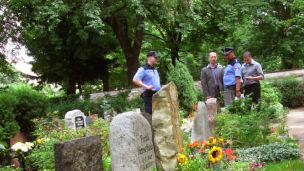 Teufels Urne neben Dutschkes Grab
