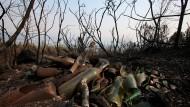 Verbrannte Bäume und Glasflaschen am Freitag im nordspanischen Crecente