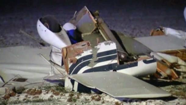 In den Trümmern wurden acht Tote gefunden, darunter vier Kinder. Die beiden Flugzeuge waren am Samstag in der Luft zusammengeprallt und abgestürzt.