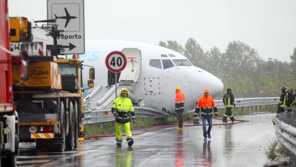 Flugzeug kommt von Landebahn in Bergamo ab