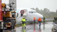 Einsatz im Regen: Das von der Landebahn abgekommene Flugzeug