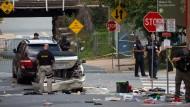 Polizeibeamte am Tatort in Charlottesville, wo ein Auto in Gegendemonstranten gerast ist.