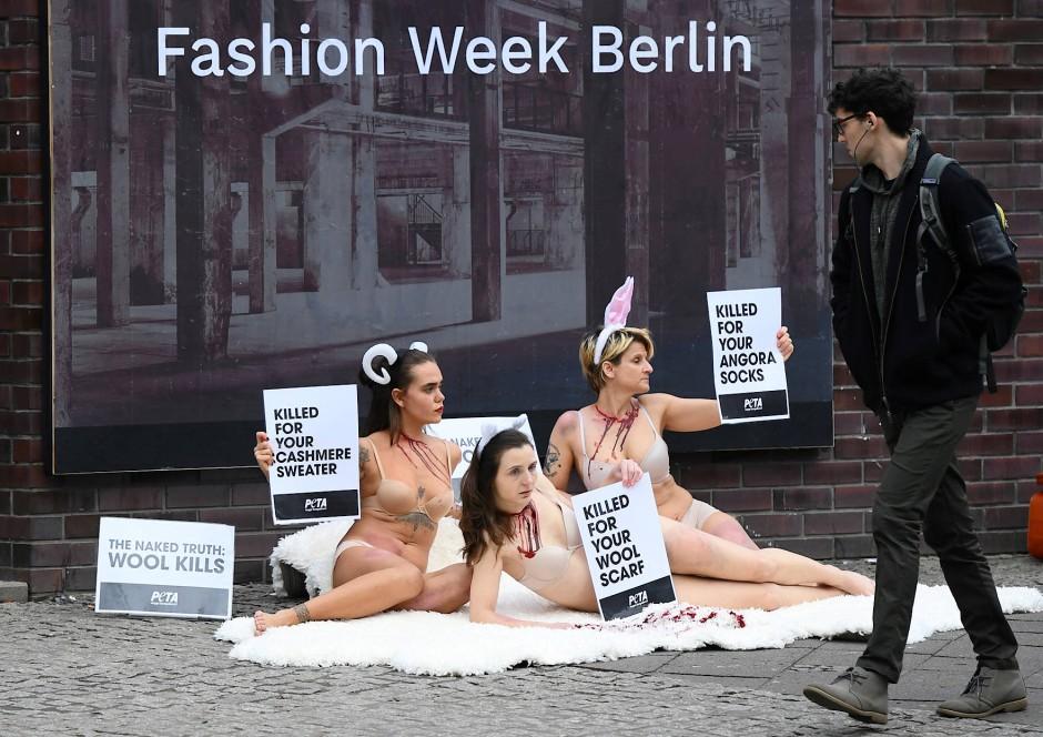 Zittern für den Tierschutz: Peta-Aktivistinnen während der Fashion Week in Berlin