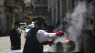 So reinigen Juden im ultraorthodoxen Viertel Mea Shearim ihr Geschirr von Brotkrumen. Während Pessach darf kein einziger Krümel übrigbleiben.