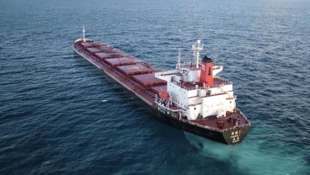 Öl soll aus havariertem Frachter abgepumpt werden