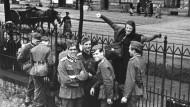 """Sophie Scholl verabschiedet am 23. Juli 1942 Freunde und Mitglieder der """"Weißen Rose"""", die in einer Studentenkompanie zum Sanitätsdienst an die Ostfront abkommandiert wurden."""
