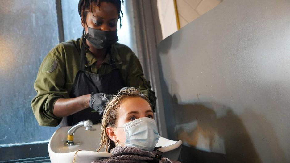 Auch in London vertrauen Kundinnen ihren Friseurinnen gern Intimstes an.