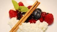 Kindheitserinnerung: Milchreis mit frischen Früchten aus dem Garten