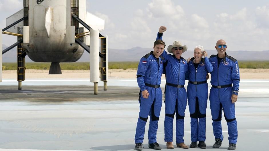 Vor dem Start: Jeff Bezos, Gründer von Amazon und des Weltraumtourismus-Unternehmens Blue Origin (mit erhobener Faust)