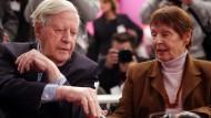 Altkanzler Helmut Schmidt und seine Lebensgefährtin Ruth Loah im Dezember 2012 beim außerordentlichen Bundesparteitag der SPD in Hannover