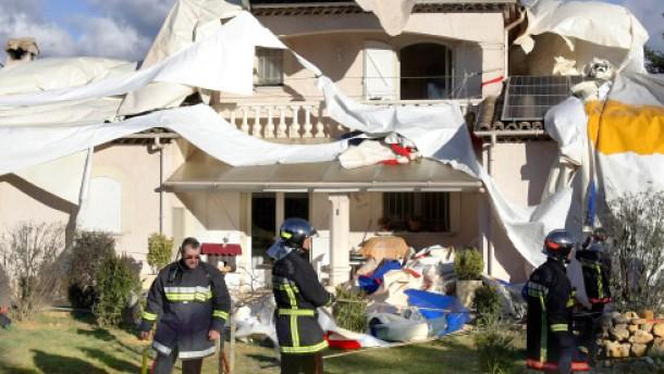 Forschungszeppelin stürzt auf Wohnhaus