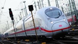 Haftbefehl gegen zwei Verdächtige, die Mann vor Zug gestoßen haben sollen
