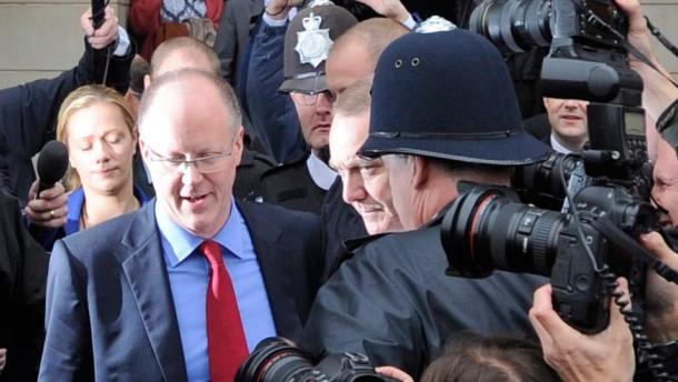 Der Chef des britischen Rundfunksenders BBC, George Entwistle, ist am Samstag nach einem Bericht über angeblichen Kindesmissbrauch durch einen Politiker zurückgetreten.