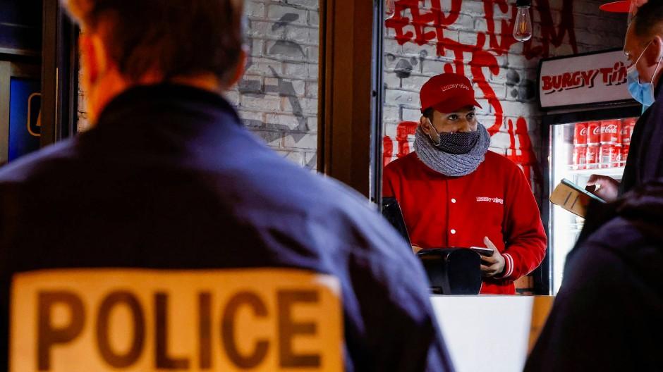 Polizeiinspektion eines Restaurants in Paris (Archivbild aus dem Februar 2021)