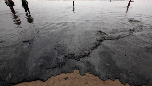 Ölteppich bedroht Strände von Bombay