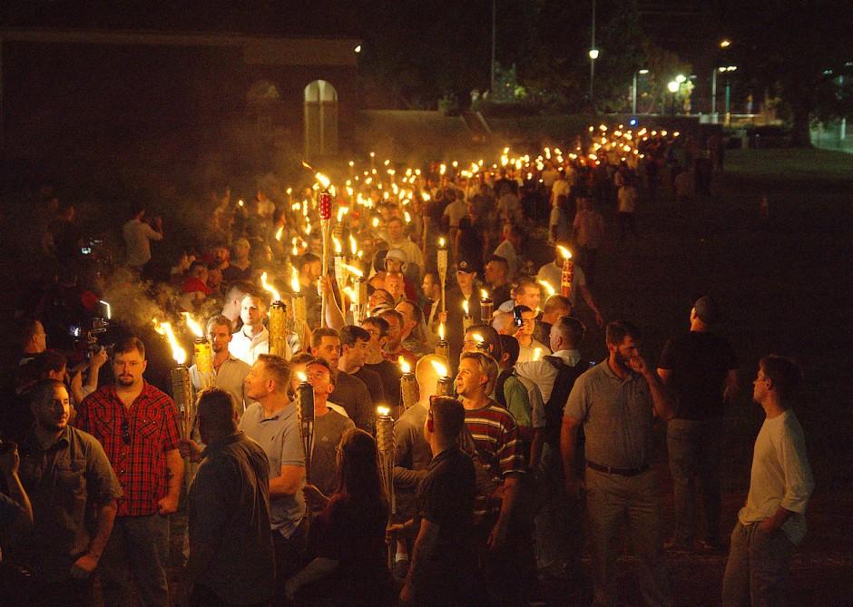 Am Abend vor der geplanten Demonstration führten nationalistische und rechte Gruppierungen einen Fackelzug durch Charlottesville.