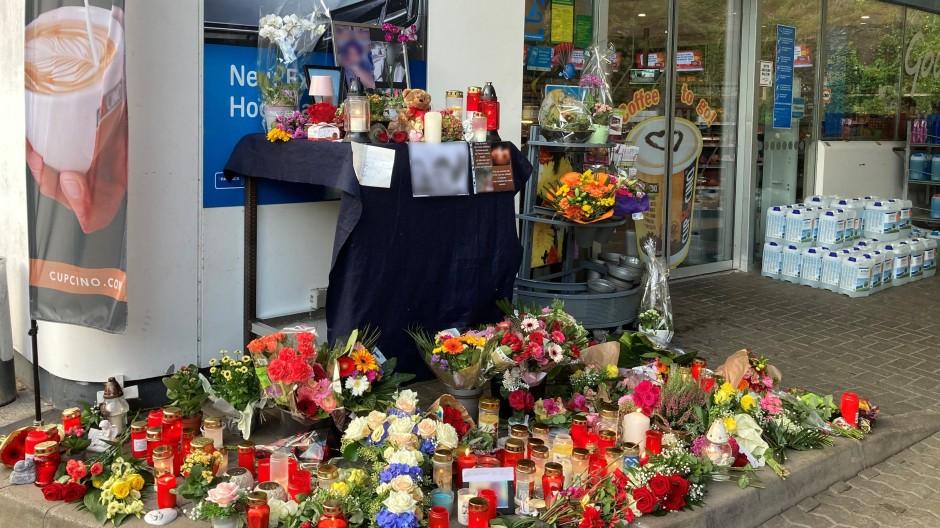 Idar-Oberstein: Blumen und Kerzen sind vor der Tankstelle aufgestellt, in der ein Angestellter erschossen wurde.
