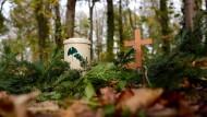 Gericht stellt sich vor Natur-Bestattungsfirmen