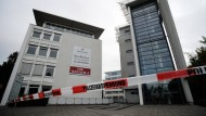 In Neuss hat ein Mann die Mitarbeiterin eines Jobcenters niedergestochen und dabei tödlich verletzt.