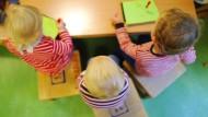 Kinder spielen im Oktober 2012 in einer Kinderkrippe in Hannover. Bisher konnten weder Krippen, noch Kitas oder Ganztagsschulen herkunftsbedingte Ungerechtigkeiten ausgleichen.