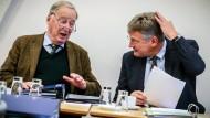 Die beiden Parteivorsitzenden der AfD, Alexander Gauland (links) und Jörg Meuthen, sprechen Mitte Dezember 2017 vor Beginn der Sitzung des AfD-Bundesvorstands miteinander.