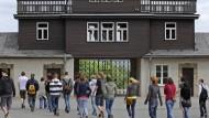 Britische Neonazis zeigen Hitlergruß in Buchenwald