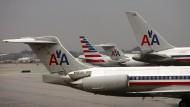 Maschinen von American Airlines am Flughafen von Chicago (Archivbild). Das Unternehmen untersucht einen Vorfall, bei dem ein Mitarbeiter eine Passagierin zum Weinen brachte.