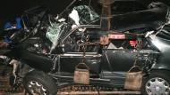 Unfallwagen: Am 31. August 1997 wird das Wrack des Mercedes geborgen, in dem Prinzessin Diana verunglückt war.