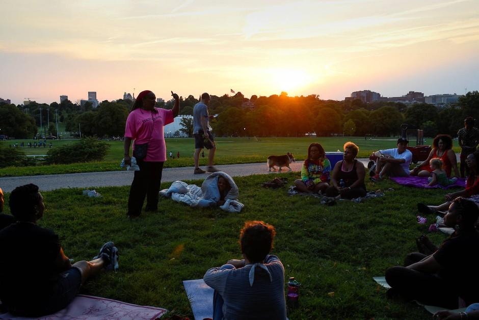 """Yoga gilt vielen als Möglichkeit, dem lärmigen Alltag zu entfliehen (Aufnahme einer """"Sonnenuntergangs-Meditation in Baltimore)."""