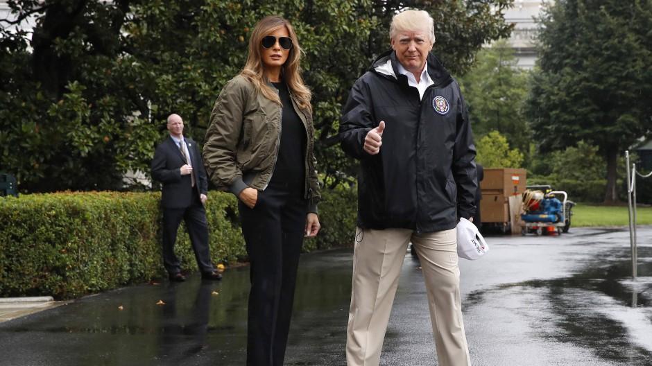 """Das Ehepaar Trump vor dem Weißen Haus beim Aufbruch nach Texas, wo sie die von Tropensturm """"Harvey"""" betroffenen Regionen besuchten"""