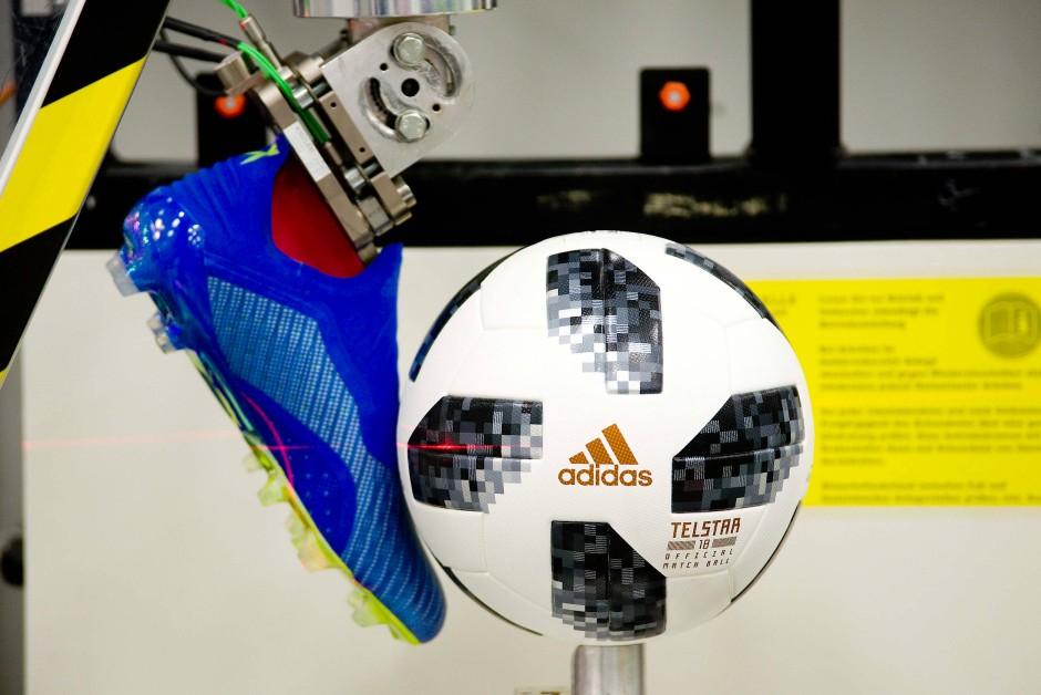 """Schuhtick: Der """"Telstar18"""" wird mit der Ballschussmaschine auf Tempo 100 beschleunigt."""