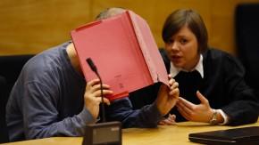 Der Angeklagte und seine Anwältin beim Prozessauftakt in Bielefeld.