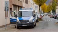 Polizisten bewachen am Montag eine Straßenkreuzung in Hameln. Aus Angst vor Clanstreitigkeiten hatte die Polizei ihre Präsenz erhöht, nachdem ein Mann eine junge Frau an die Anhängerkupplung eines Autos gebunden und rund 250 Meter weit geschleift hatte.