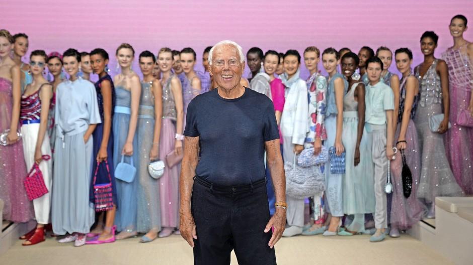 Mit 87 Jahren in seiner eigenen Klasse: Giorgio Armani beging bei der Mailänder Modewoche nicht nur das 40. Jubiläum seiner Zweitmarke Emporio Armani. Er nutzte auch die Schau seiner Hauptmarke Giorgio Armani am Wochenende für ein marketingträchtiges Gruppenbild mit Damen.
